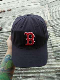 Topi Baseball/MLB RED SOX BOSTON original import Flexfit U.S Patent Kondisi 97% sangat mulus, warna sangat pekat utuh aman,bahan masih sangat kaku dan tebal full tag logo brand Tag logo brand full bordir Size: L-XXL