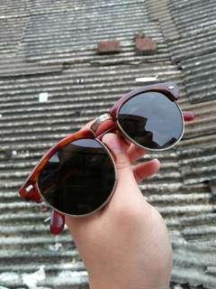 Vintage sunglasses 80s/wayfarer vintage sunglasses Brand: artmatic Rare/Limited edition Frame besi tanam kombinasi motif tortoise Kondisi 95% sangat mulus lensa kaca,adem di mata Pad nose empuk Sangat nyaman dipakai