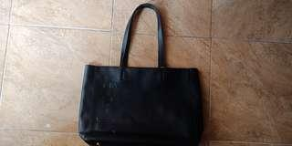 Tas hitam merek ENJI mulus banget br di pake sekali-sekalinya..dijual karena kegedean terus kebnyakan tas..
