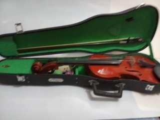 Violin 小提琴、代朋友賣、朋友收埋好耐、不知工能、尺寸請看圖、手挽一邊有損壞但穿好鐵線可用待請看圖、盒邊有白點又是請看圖、中國金雀牌、油塘交收