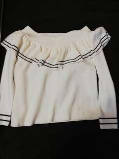 🚚 QueenShop 一字領 露肩荷葉邊 學院風針織上衣