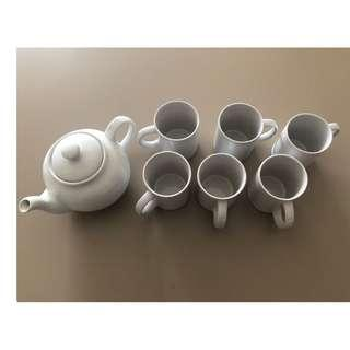 Teapot with 6 matching cups