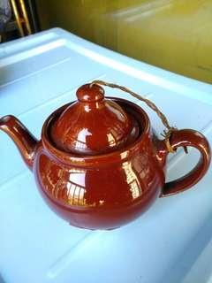 古董咖啡色茶壺連花樽,難得顏色一致,儲存多年。