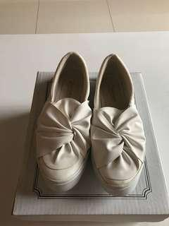 Sepatu Ikat Putih