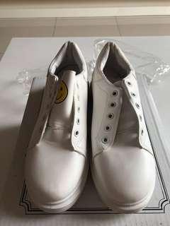 Sepatu Sneakers Putih
