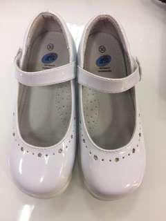 女童白色鞋