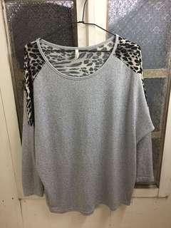 🚚 微長版灰色薄針織上衣/背面拼接豹紋/版型寬鬆