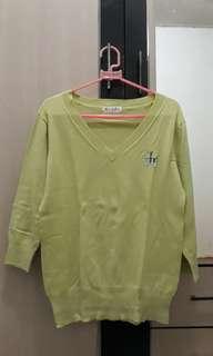 sweater hijau muda