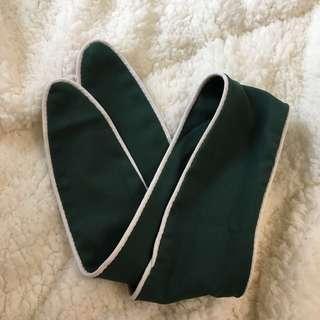 墨綠色滾白邊領巾