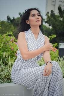 Jumpsuit Putih Motif Elegan