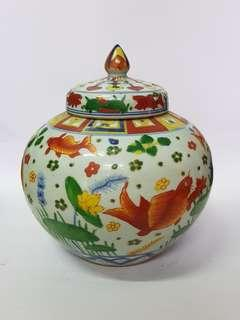 金鱼嬉戏彩色陶瓷盖罐