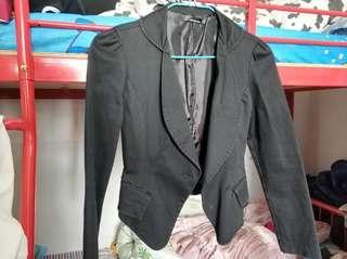 黑色短身西裝外套