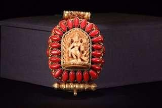 清 藏傳精品,銀鎏金靈骨雕「蓮花大師」鑲嵌珊瑚嘎烏盒