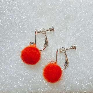 🚚 羊毛氈橘紅球球*矽膠耳環/螺旋耳夾