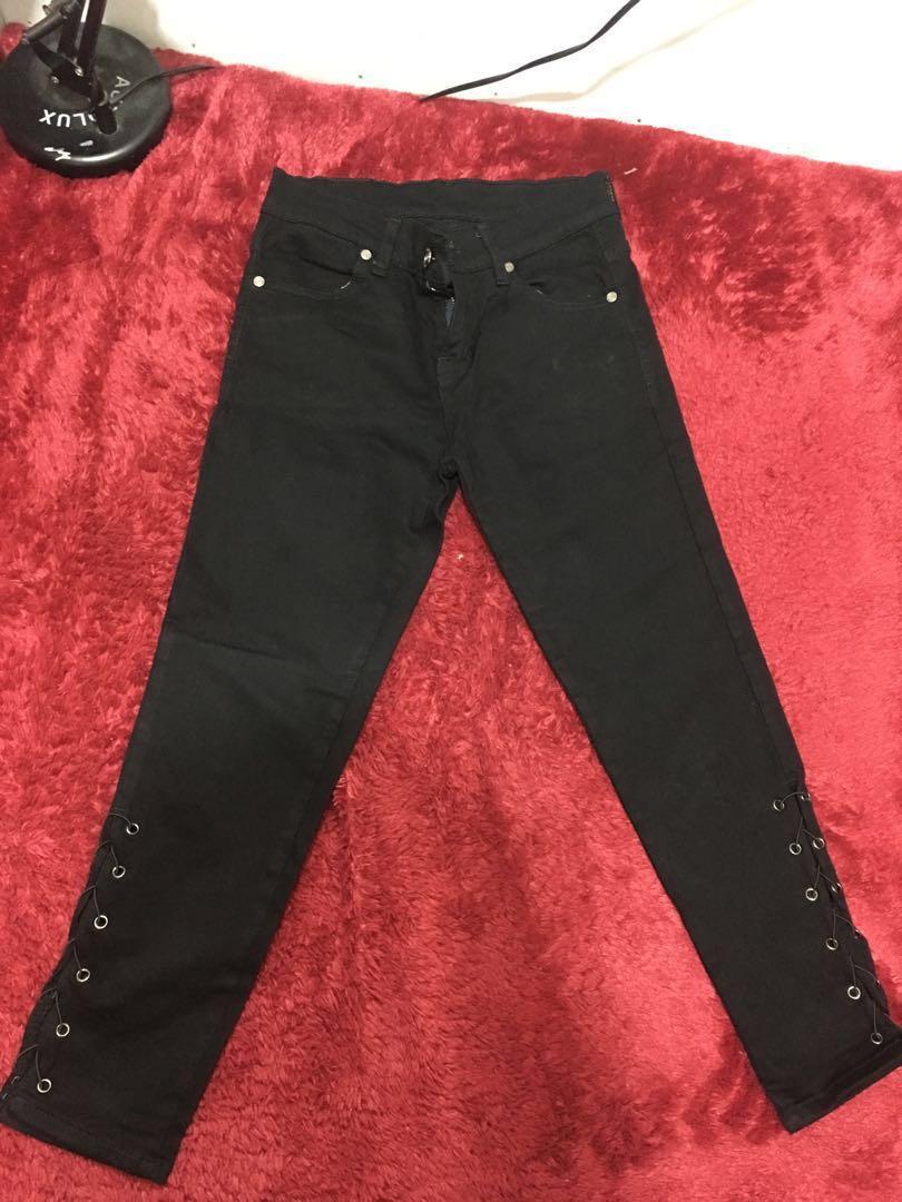 Jeans hitam (pinggir bawahnya ada tali)