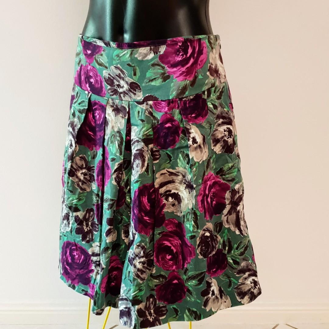 Women's size 10 'PORTMANS' Gorgeous forrest green floral print skirt - AS NEW