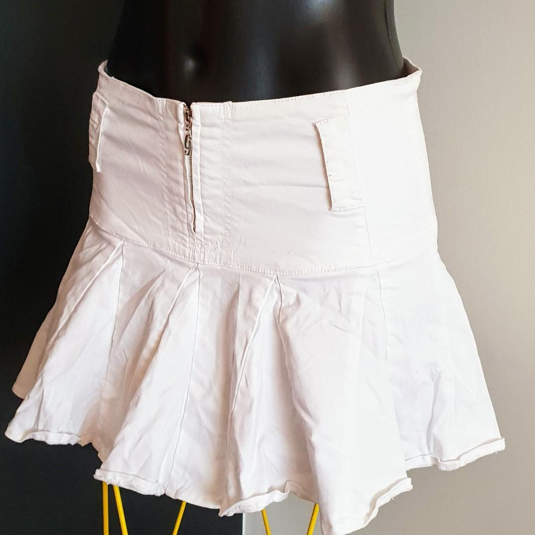 Women's size 27=8 'GUESS JEANS' Stunning white fit and flare mini skirt - AS NEW