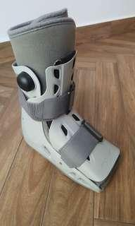Aircast AirSelect Short Walker Boot (Size S) + Free Crutches