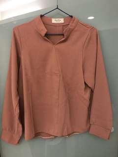 小V立領 背面鈕扣造型設計 後雪紡上衣 粉橘色