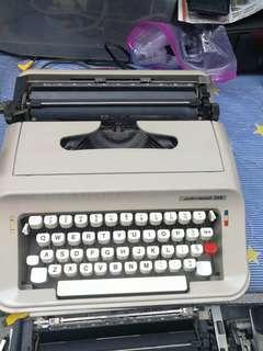 70年代舊款輕型手提式打字機, 70年代西班牙製造underwood319 打字機已清潔消毒 及添加潤滑油 即買即用, 有原裝手提箱 全部整齊企理有壞包退$250