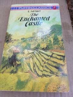 The Enchanted Castle - E.Nesbit... english novel ..Buku