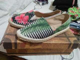 Red tag comfy shoes.. From dubai i dko gngmit naka tambak lang.. Ganda sya