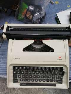 舊款打字機, 80年代日本製造德國名牌奧林比亞大號輕型手提式打字機OLYMPIA Carina3 附有原裝手提箱已清潔消毒及添加潤滑油, 乾淨企理即買即用 約七成半新 全正常可用有壞包退, 可打A4以上尺寸紙張文件$220