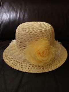 淺黃色沙灘草帽