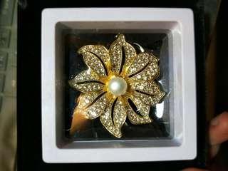 🚚 花型珍珠水鑽胸針