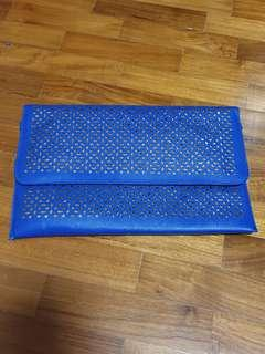 Clutch in royal blue with gold pattern