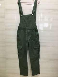 吊帶工裝長褲 上寬下窄偏直筒設計