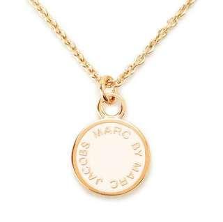 💚現貨💚 Marc by Marc Jacobs necklace MARC BY MARC JACOBS ENAMEL DISC pendant cream/ORO 米白色配金色圓形頸鏈