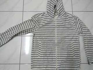 Jaket windbreaker uniqlo stripes abu putih size L