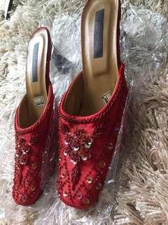 Low heel red embroidered shoes