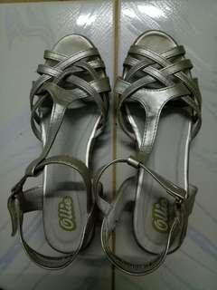 Ollie Gold Wedge Sandals Size 34