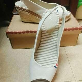 🚚 白色楔形涼鞋
