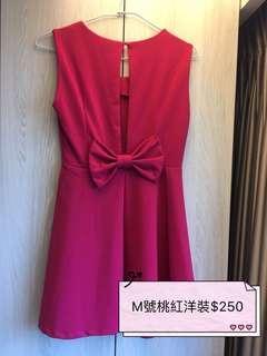 桃紅露背洋裝