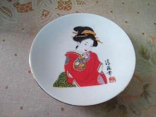 日本中窯製造五吋半寬瓷碟1隻,有歲月留痕,完美主義者勿入。