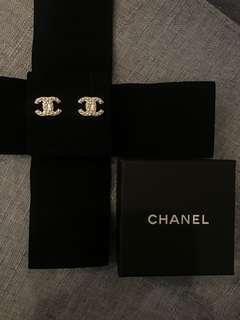 Chanel Classic Silver-Tone Metal CC Simulated Glass Pearl Earrings 耳環