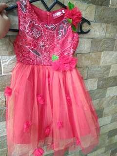 Gaun merah anak perempuan