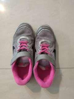 Nike sport shoes size UK 2.5/US 3Y