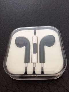 (Brand New)  3.5mm black colour earphones for iPhone and iPad include speaker, control volume.   黑色耳機,麥克風,可以操控聲量。  For iPhone & iPad only  Smart & light. Happy Chinese New Year 🧧