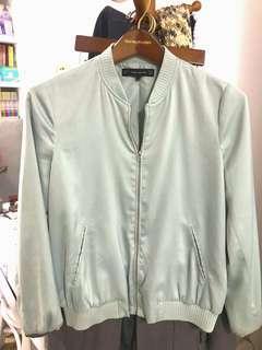 🚚 zara 淺湖水綠淺青綠色緞面薄鋪棉棒球外套 小外套