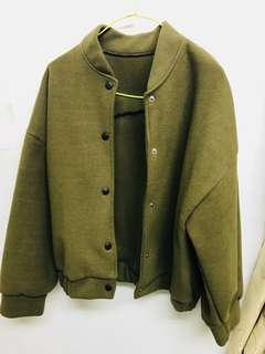 深綠色棒球外套