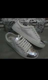 Brash sepatu sneakers