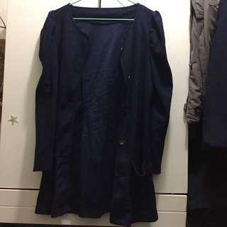 深藍色外套 dark blue jacket