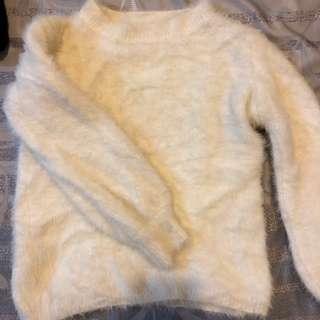 白色毛毛上衣