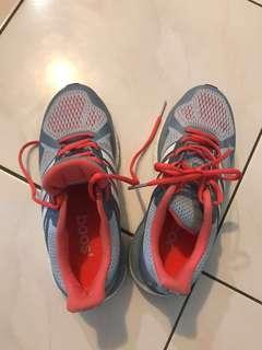 adidas高階跑鞋
