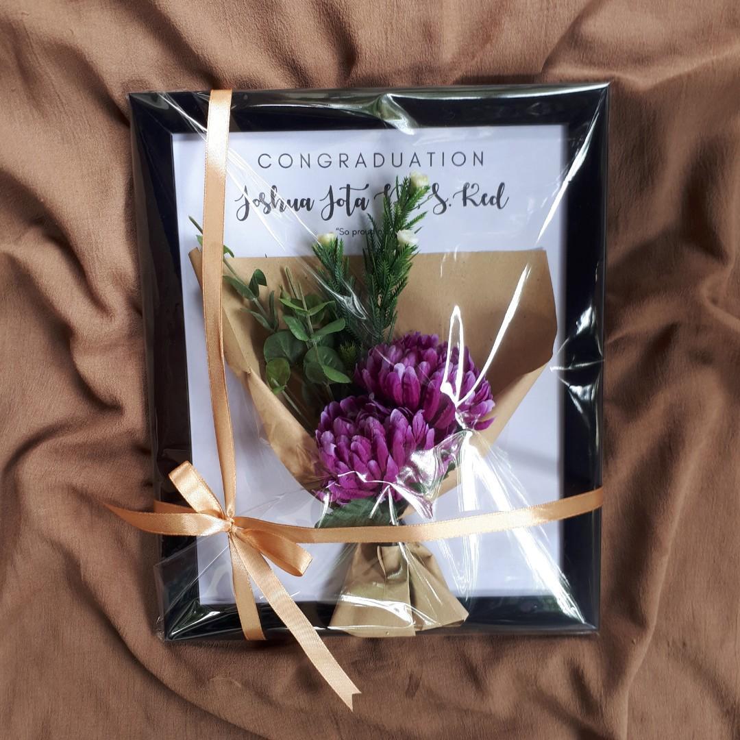 Frame Buket Bunga Hadiah Wisuda Desain Kerajinan Tangan Lainnya Di Carousell
