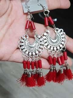 🚚 Red tassels